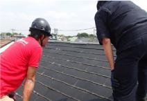 雨漏り箇所特定のための屋根の現地調査の様子
