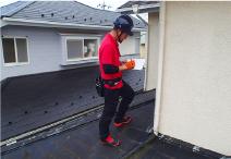 雨漏り箇所特定のための外壁の現地調査の様子
