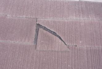 スレート屋根が割れて雨水侵入口を作ってしまっている