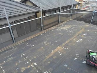 屋根材を剥がし清掃します