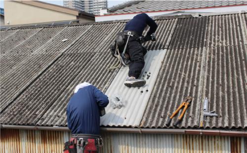 屋根上で雨漏り修繕・改修工事