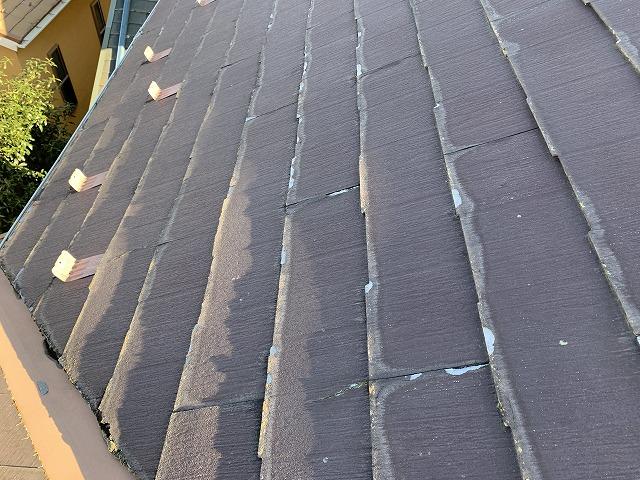 端にめくれが発生している施工前の屋根