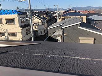 破損した残骸が残ったスレート屋根