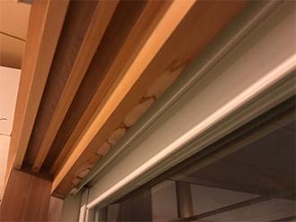 窓枠には雨染みの跡