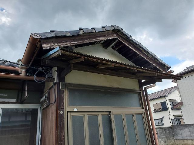 お家の外観です。見るからに年季を感じさせてくれる佇まいです。