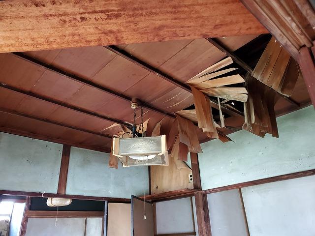 室内の天井が大きく剥がれてしまっている状態です。