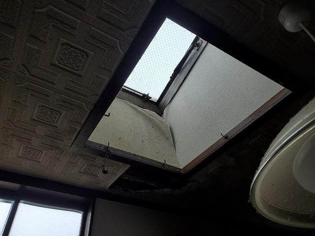 天窓内部の壁紙が剥がれてしまっています。天窓は雨漏りが起きやすい箇所となってしまいます。