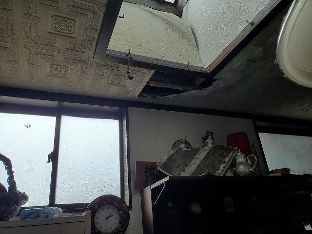 天井材が剥がれてしまっています。昔の住宅では石膏ボードを天井材に使用する事がありましたが、これは水には脆い物になります。