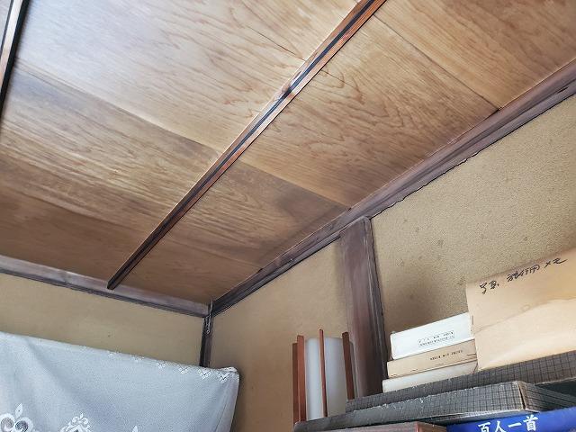 こちらの天井にも染みが発生しています。柱付近の天井染みは雨水の浸入に起因する事が多い為要注意です。