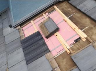 下地と防水紙で完全にふさがれた天窓