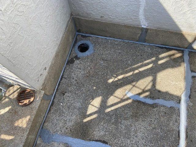 ヒビや排水口周りを補修します