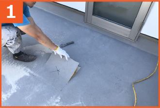 浮きが見られる箇所をサンダーで切除し、防水層を剥がす