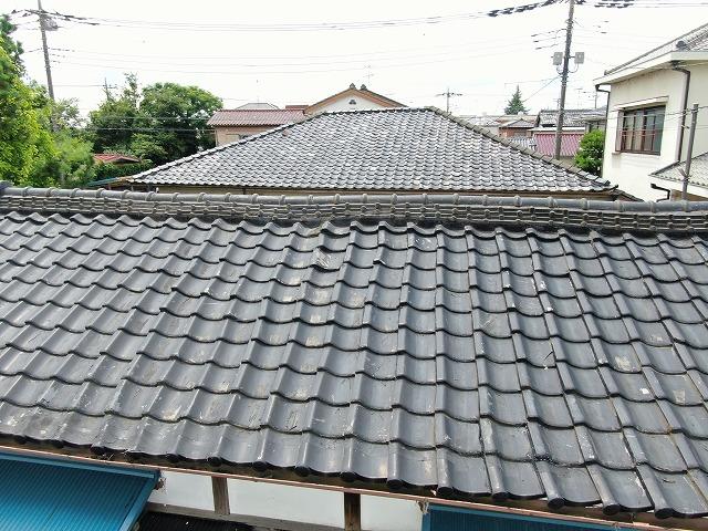 屋根瓦は部分的に割れている箇所も見られます。