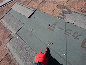 屋根材が剥がれてしまっている