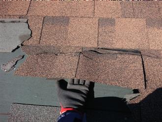 剥がれかけている屋根材