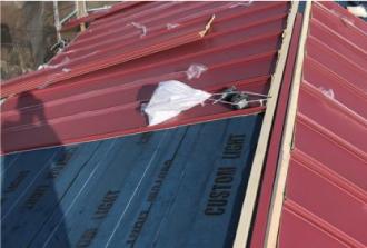 金属屋根と防水紙
