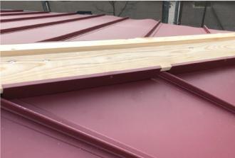 棟板金を固定するための下地となる貫板