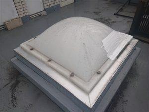 調布市柴崎でドーム型の天窓が割れて雨漏りを引き起こしていました