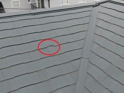 屋根の写真です。瓦が欠けていた箇所にそのまま塗装されており、見栄えが悪い状態です。