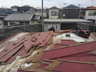 屋根材を剥がします