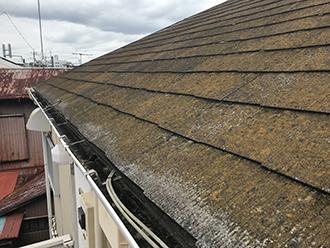 横浜市西区浅間町にて苔むして水はけの悪くなったスレート屋根をカバー工法にて改善