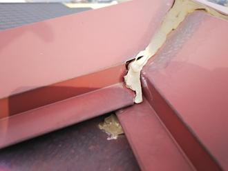 棟板金の接合部に充填されたシーリング材が傷んでいます