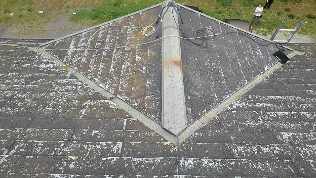 屋根材と板金が劣化した状態の屋根のドーマー部分