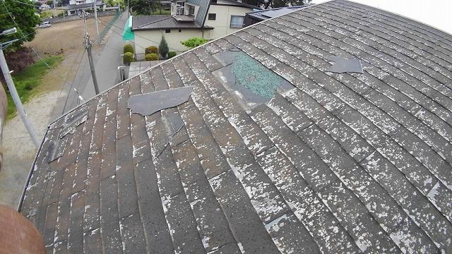 台風被害で一部スレート瓦がなくなった屋根