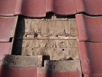 調布市下石原で雨漏りを引き起こしているアパートの瓦屋根を調査、防水紙の劣化が著しいようです