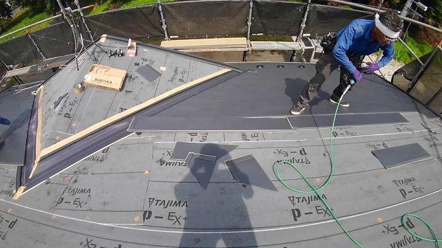 屋根材を設置している様子