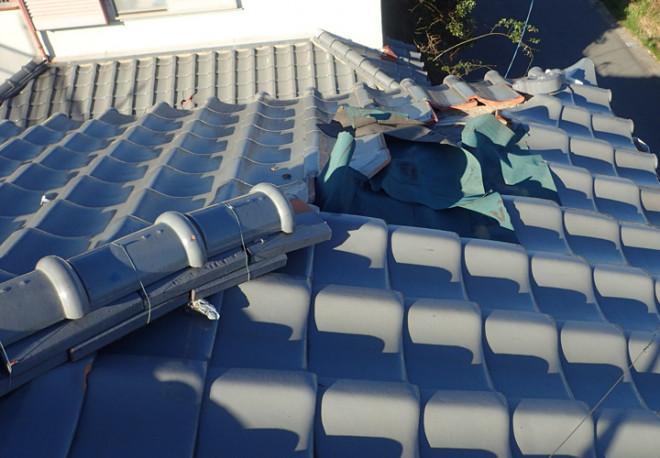 横浜市港北区岸根町にて強風被害を受けた瓦屋根の調査、防水紙が露出しいつ雨漏りを引き起こしてもおかしくない状態でした