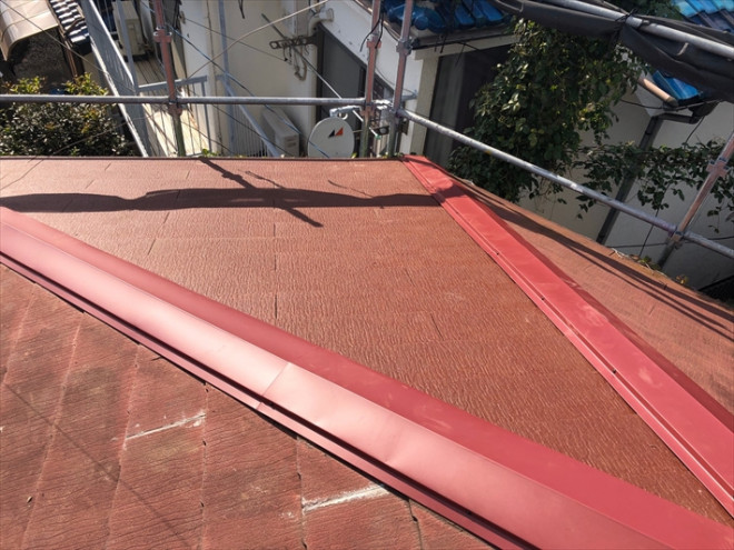 仕上げに棟板金を設置して部分的な屋根葺き替え工事が完了