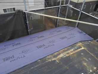 軒先から防水紙を敷設していきます