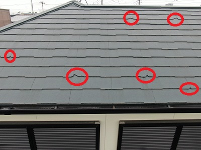 屋根の写真です。複数個所で瓦が欠けたまま塗装されています。
