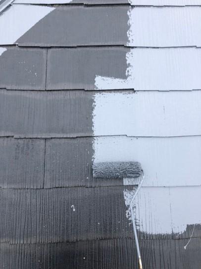 屋根の中塗りをしている様子