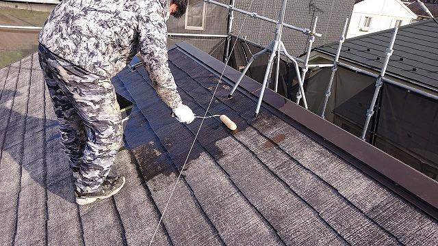 屋根の下塗り作業の様子
