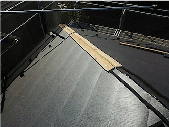 貫板・棟板金の設置