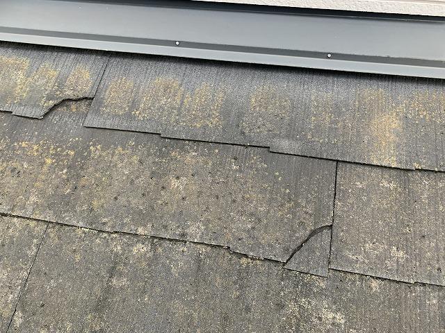 一部割れているスレート屋根