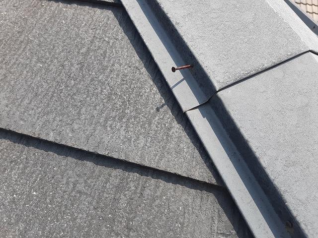 釘は半分ほど浮いている隅棟の板金