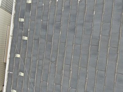 屋根の写真です。先端が剥がれるように劣化するのはパミールの特徴的な症状です。