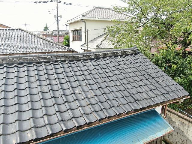 屋根では瓦のズレが大きく発生してしまっています。