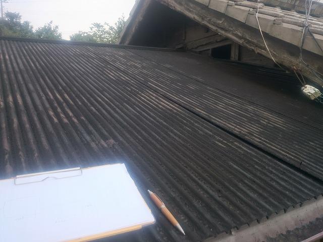 汚れたトタン屋根