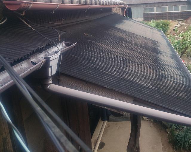 汚れのあるトタン屋根