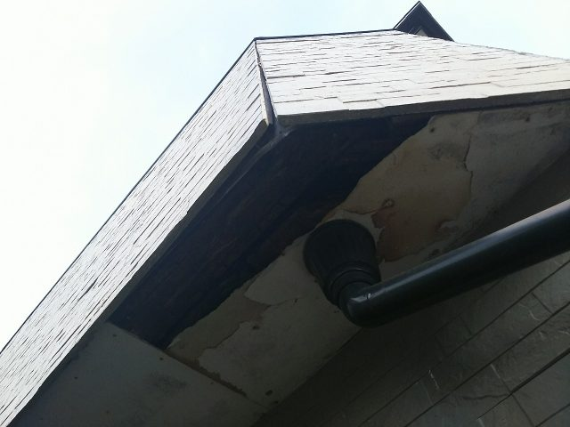 吹田市竹見台でベランダの床が劣化し、軒天が破損し雨漏りが発生