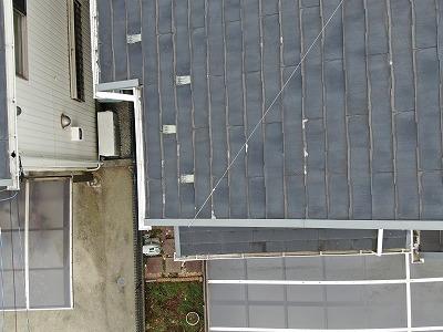 屋根の写真です。複数個所で瓦の先端が剥がれるように劣化しています。