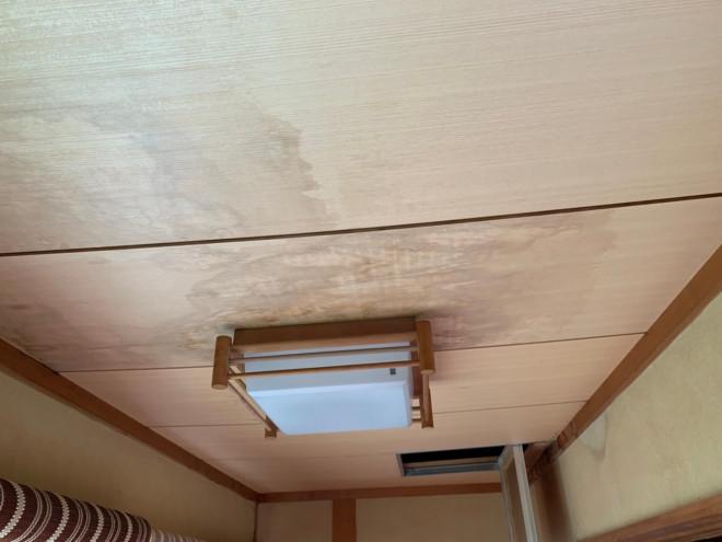 守山区中志段味にてベランダからの雨漏れが発生、内装の木にシミができてしまっていました