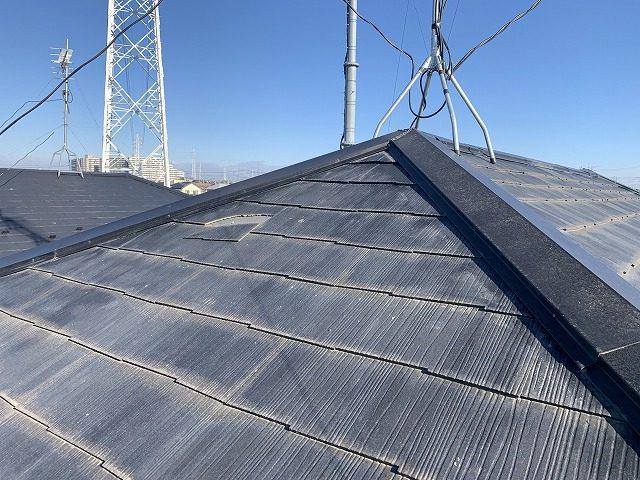 スレートの一部が損傷した屋根