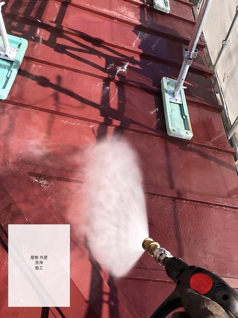 高圧洗浄をしている下屋根