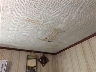 雨漏りによって天井に染みが出来ていました