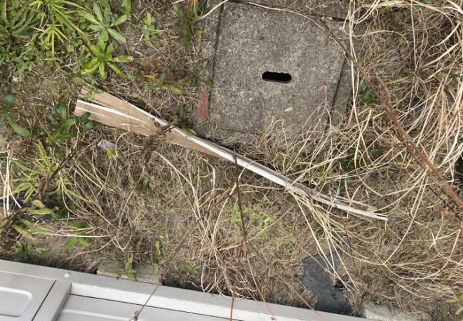 剥がれた軒天材は庭先に落下していました